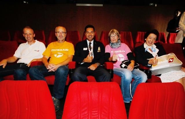 Quelle: http://www.zuonline.ch (Der Organisator Ramon Koller (mitte) mit den Swissair-Fans André Dossenbach, Gaston Dossenbach, Astrid Dossenbach und Tina Moos-Jenal die 40 Jahre für die Swissair gearbeitet hat. )